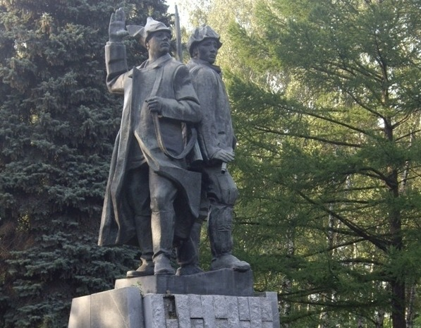 Скульптурная композиция «Первые комсомольцы»