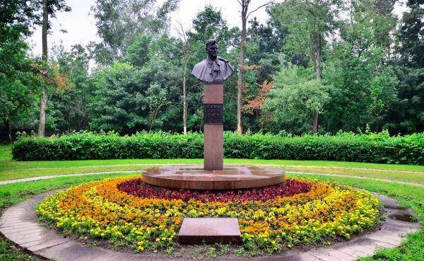 Памятник-бюст Е.В. Вучетичу