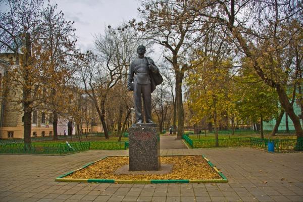 Памятник «Ленин-гимназист»
