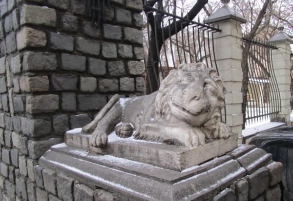 Скульптура Льва у ворот