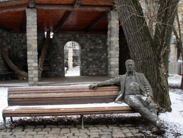 Скульпутра «На скамейке»
