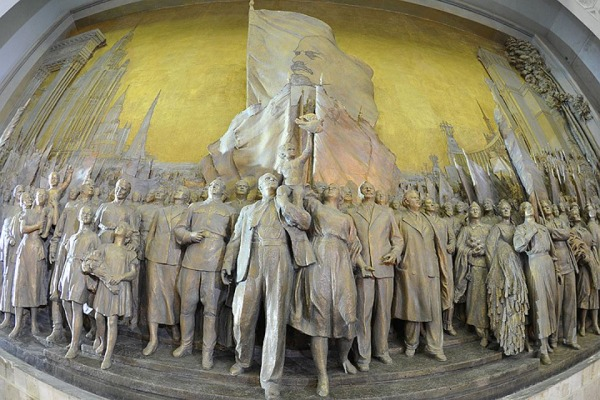 Горельеф «Знаменосцу мира, советскому народу — слава!»