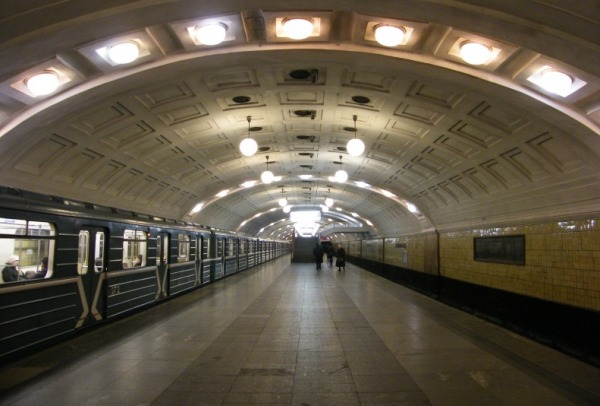 Станция метро «Библиотека им. Ленина»