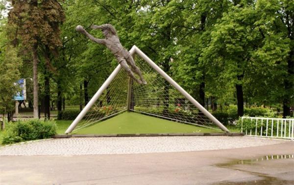 Памятник Л.И. Яшину