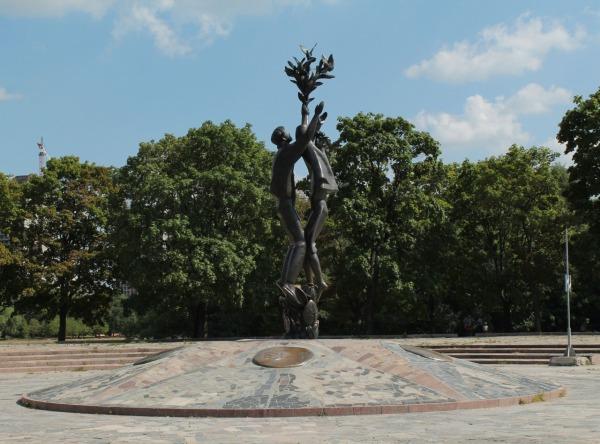Скульптурная композиция «Дружба» или «Дети мира»