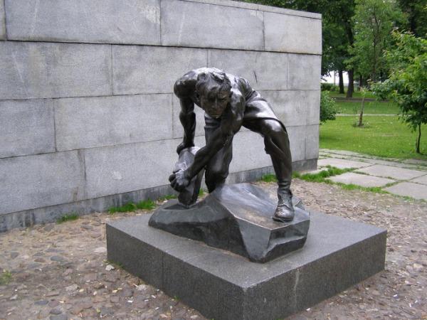 Скульптура «Булыжник - оружие пролетариата»