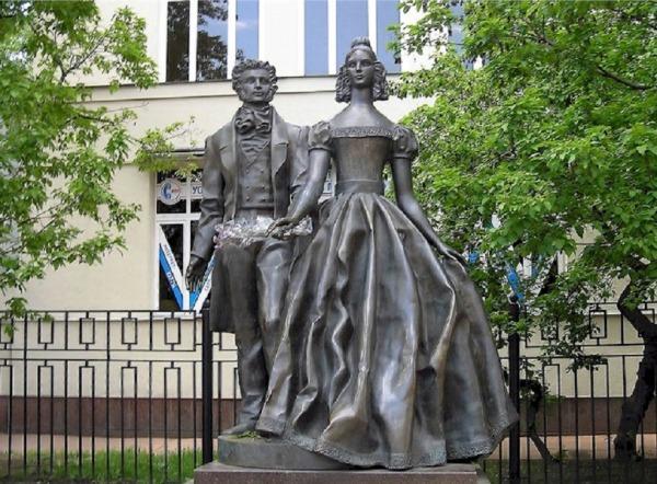 Памятник Пушкину и Гончаровой на Старом Арбате
