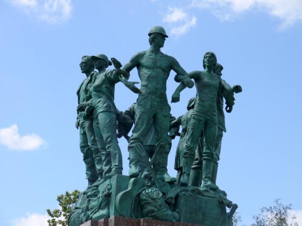 Памятник в честь пятидесятилетия студенческих стройотрядов