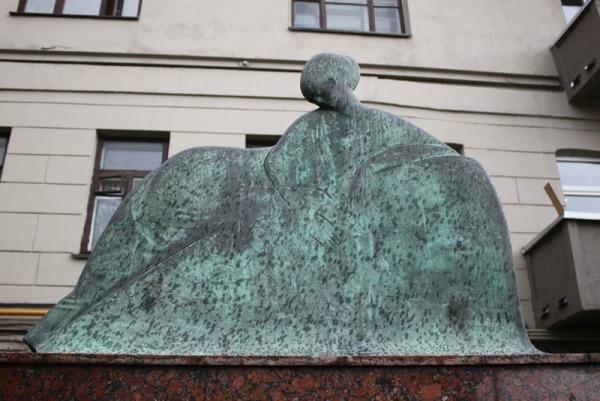 Памятник Анне Ахматовой на Большой Ордынке