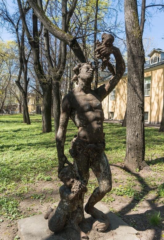 Скульптура «Мужчина и виноградная гроздь»