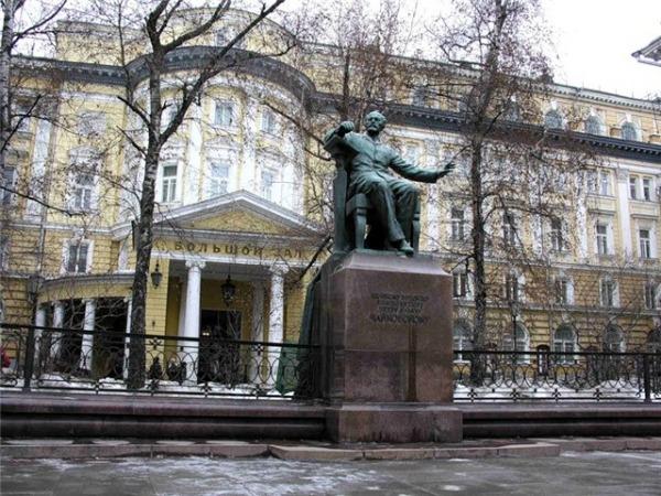 Памятник П.И. Чайковскому перед зданием Московской Консерватории